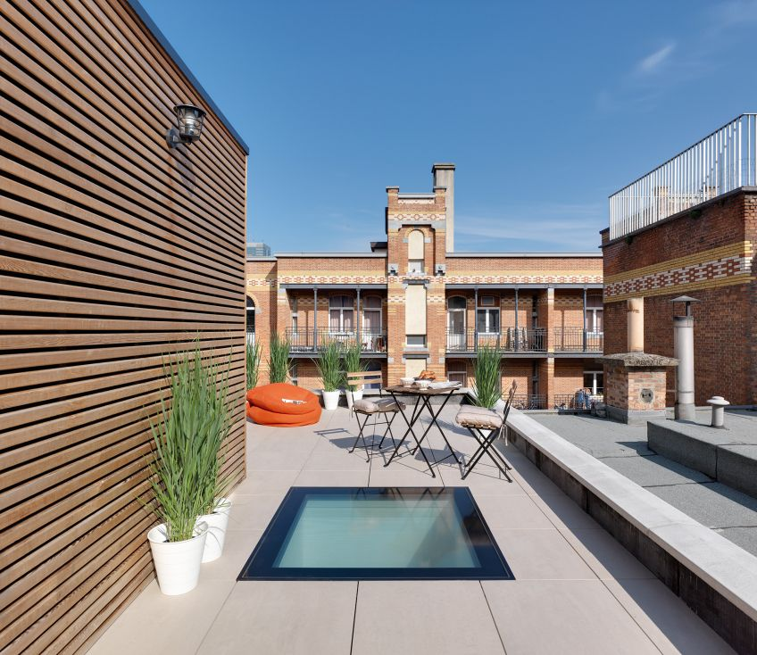 Unique Home With Skylights And Central Courtyard: The DXW Walkable Window For Flat Roofs